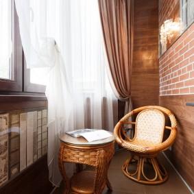 Красивая мебель на благоустроенном балконе