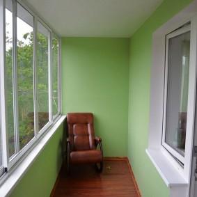 светло-зеленые стены утепленного балкона