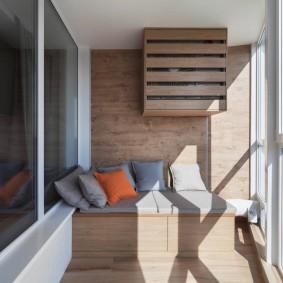 Встроенный диванчик на лоджии с остеклением