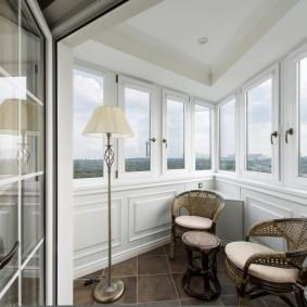 Угловой балкон в неоклассическом стиле