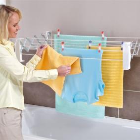 Настенная сушилка с постиранными полотенцами