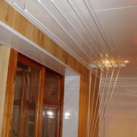 Подвесной потолок из ПВХ-панелей на лоджии