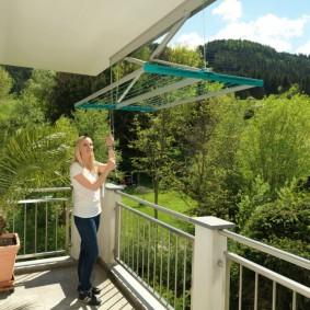 Открытый балкон с сушилкой для белья