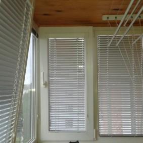 Пластиковые жалюзи на окнах балкона