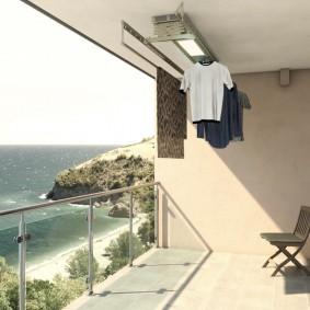 Стеклянные вставки на перилах балкона