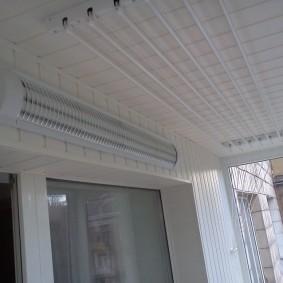 Светильник с лампами дневного света на стене балкона
