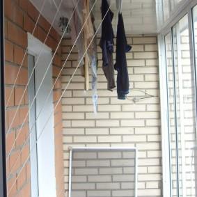 Москитная стенка у кирпичной стены балкона