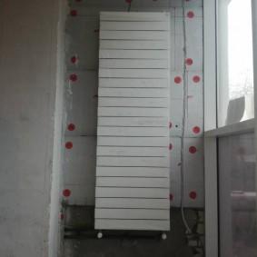 Вертикальная батарея на торцевой стене балкона