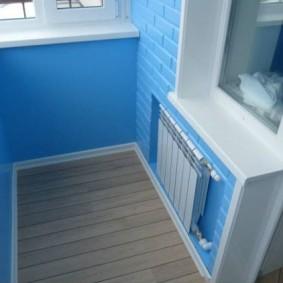 Голубые стены на благоустроенном балконе
