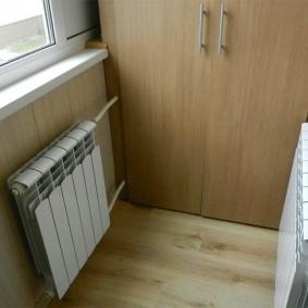 Две батареи отопления возле шкафа на лоджии