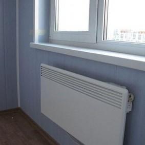 Пластиковый подоконник на застекленном балконе