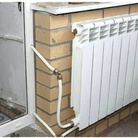 Металлопластиковые трубы от батареи на балконе