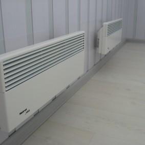 Электрические конвекторы на стене лоджии