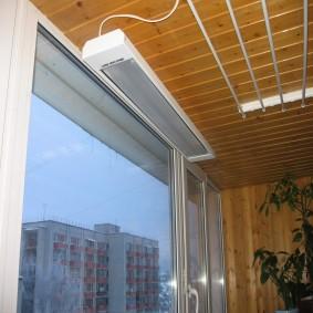 Инфракрасный обогреватель на потолке балкона
