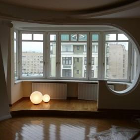 Декор проема между лоджией и комнатой конструкцией из гипсокартона