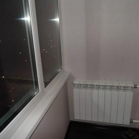 Батарея отопления вдоль стены на застекленной лоджии