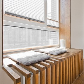 Декоративный экран для батареи из сосновых брусков