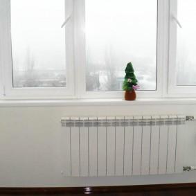 Батарея отопления под цвет стен на балконе