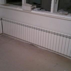 Батарея отопления по всей длине балконной стены