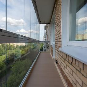 Узкий балкон с безрамным остеклением