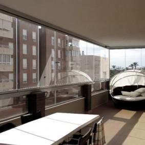Окрашенный потолок на лоджии с холодным остеклением