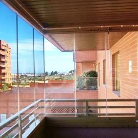 Безрамное остекление балкона в кирпичной многоэтажке