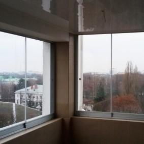 Раздвижное остекление балкона безрамной системой