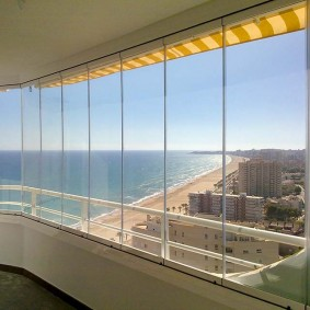 Панорамное окно балкона в современном стиле