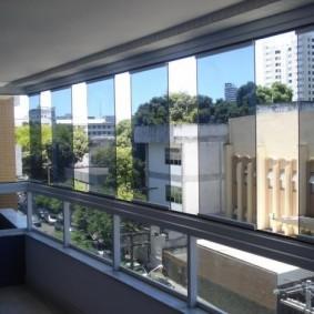 Легкая тонировка на безрамных створках окна балкона