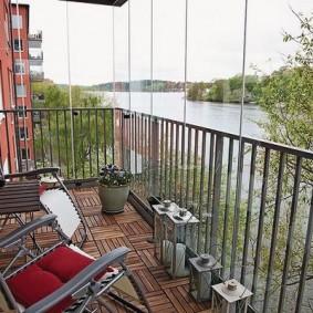 Садовое кресло на балконе с паркетом