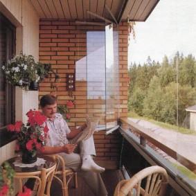 Комфортное место для отдыха на застекленном балконе