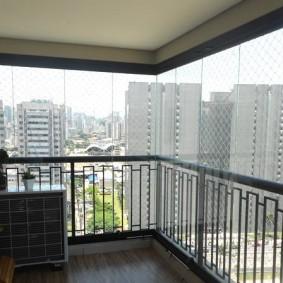 Металлические перила на балконе девятиэтажного дома