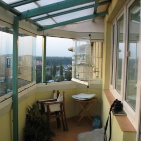 Интерьер балкона на последнем этаже многоквартирного дома