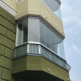 Красивая отделка балкона со стороны улицы