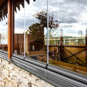 Фото безрамных стекол на закрытой террасе