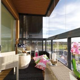 Цветущая орхидея на панорамном балконе