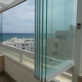 Стекла панорамной системы на балконе квартиры