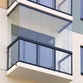 Внешний вид балкона снаружи с безрамным остеклением