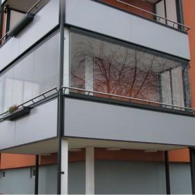 Г-образный балкон на опорах из труб