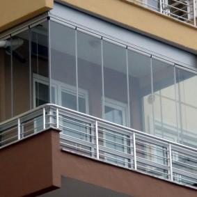 Металлические перила с наружной стороны остекленного балкона