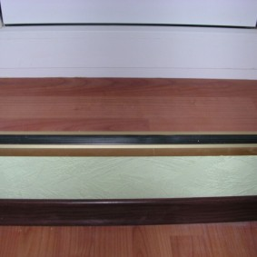 Деревянная ступенька перед дверью на лоджии
