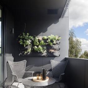 Серая отделка открытого балкона в квартире