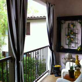 Плотные шторы на балконе без остекления
