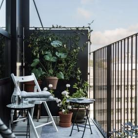 Садовый стульчик на открытом балконе