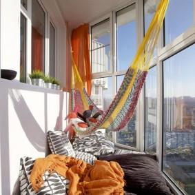 Интерьер балкона с большими окнами