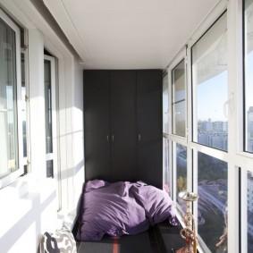 Черно-белый интерьер застекленного балкона