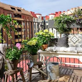 Декорирование живыми цветами интерьера балкона
