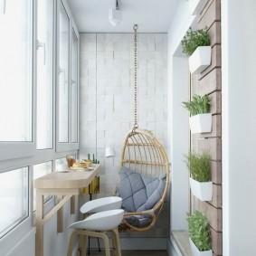 Живые растения на стене утепленной лоджии