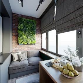 Угловой стол на балконе с темными шторами