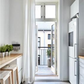 Узкая балконная дверь в кухне небольшой площади